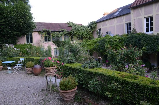 Restaurant Baudy: Garden behind the main building_1