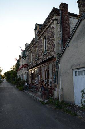 Restaurant Baudy: A view from Rue Claude Monet