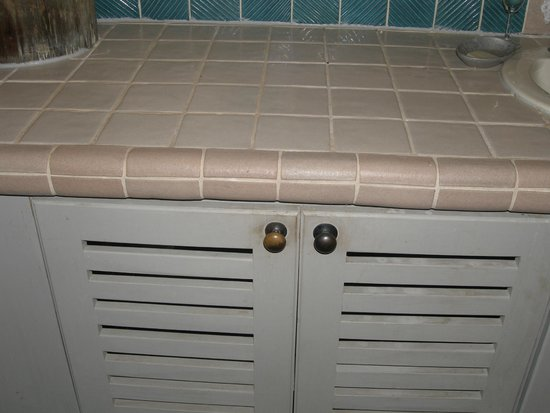 Lalati Resort & Spa: filth on bathroom cabnet doors