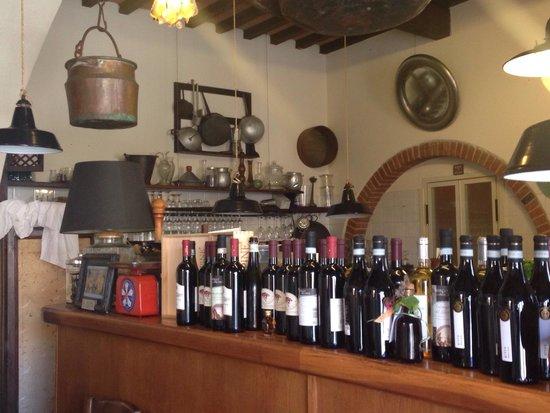 Lo Sgarbo: Il banco che divide i tavoli dalla cucina.