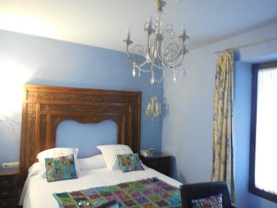 El Rey Moro Hotel Boutique Sevilla: beautiful eclectic decorating, very comfortable bed