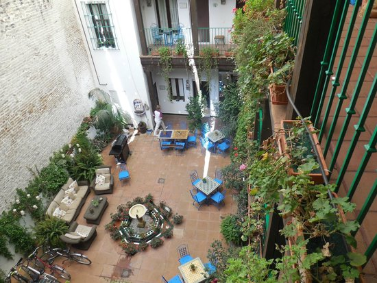 El Rey Moro Hotel Boutique Sevilla : the courtyard where breakfast is served or you can just rest