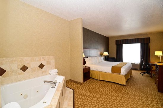Holiday Inn Express Fort Atkinson: Whirlpool Suite