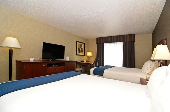 Holiday Inn Express Fort Atkinson: Two Queen Bed Guest Room