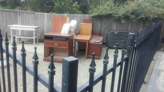 Econo Lodge Salinas: Old Furniture