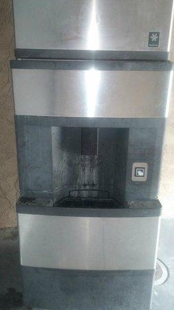 Econo Lodge Salinas: Ice Machine - Ground Floor Corridor