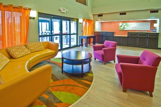 Holiday Inn Opelousas: Hotel Lobby and Front Desk