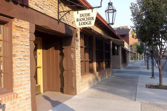 Dude Rancher Lodge: Sidewalk view