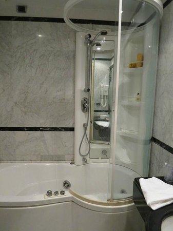 Hotel Villa San Pio: room 2 shower - no safety handles