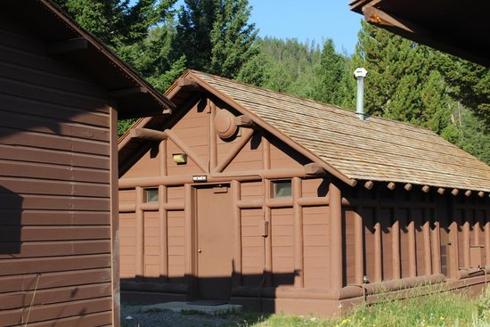 Roosevelt Lodge Cabins : shower block and restrooms