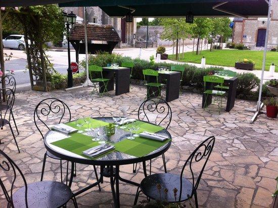 L'Auberge de la Croix Blanche : Déjeuner ou diner sur la terrasse