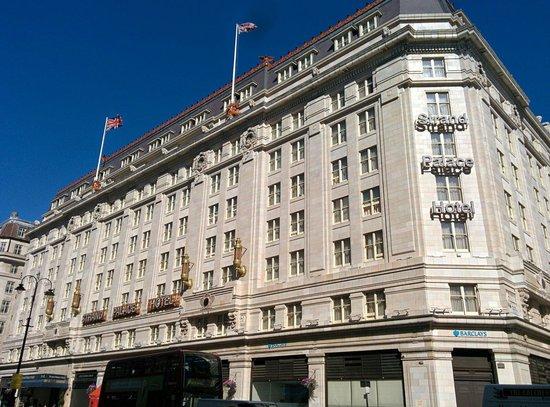 Strand Palace Hotel : Fachada del hotel vista desde calle Strand