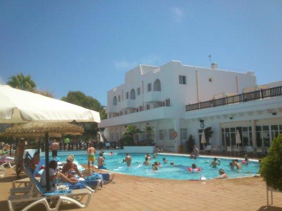 Prinsotel Alba Hotel Apartments: desde la entrada a la zona piscina