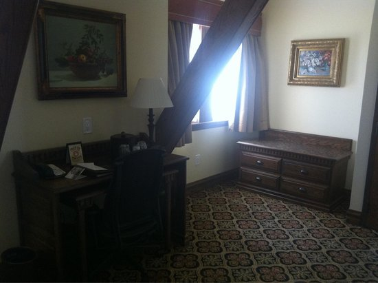 Best Western Premier Mariemont Inn: View of room from bed. Nice desk and area to set luggage.