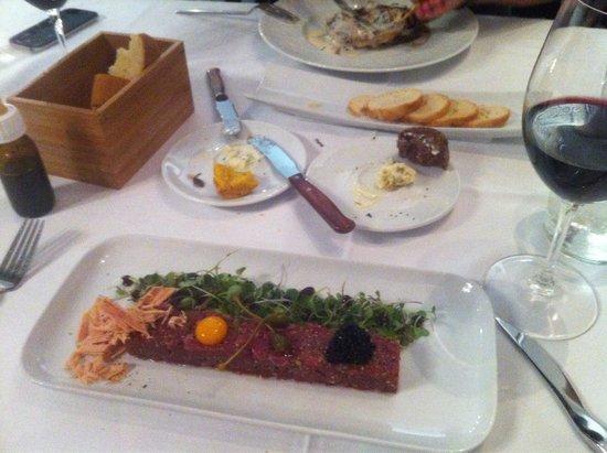 Metro Bistro - Plaza Mayor: Heerlijke steak tartare met schilfers van fois gras, kwartelei, kappers en truffelkaviaar...