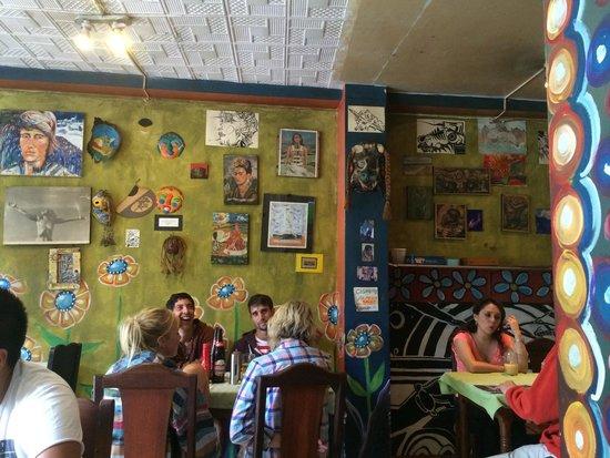 Cafe Hood: Картины в зале