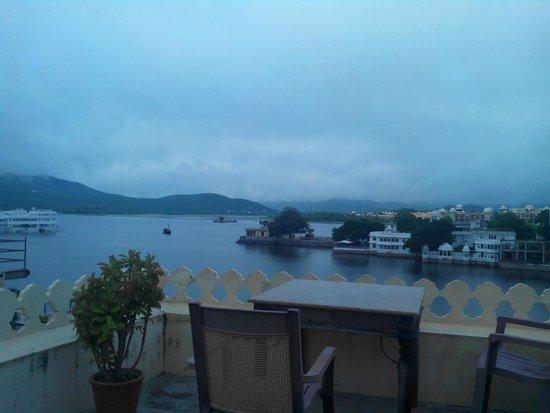Hotel Aashiya Haveli: vue sur le lac, une des rares choses agréables du lieu