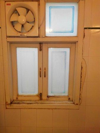 Hotel Aashiya Haveli: super déco de la salle d'eau style destroy