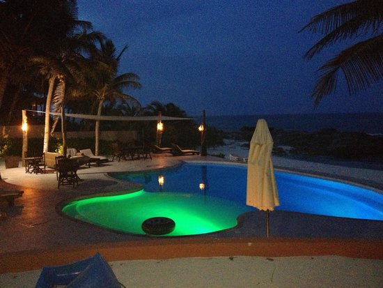 Playa La Media Luna Hotel: pool at night