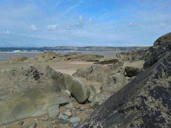 Newgale Beach: Lots of rocks to explore rockpools