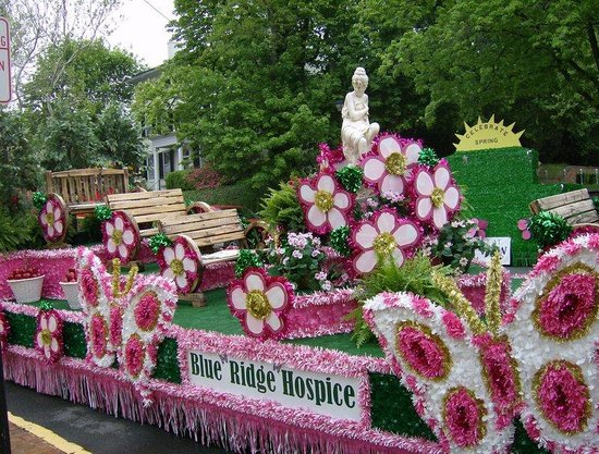 Holiday Inn Express Hotel & Suites Winchester: Grand Feature Parade- Annual Apple Blossom Festival