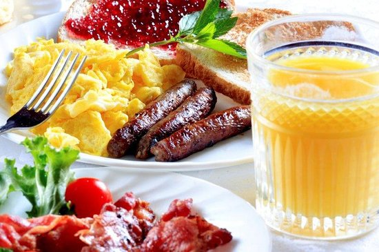 Holiday Inn Express Springfield: Complimentary breakfast is served each morning.