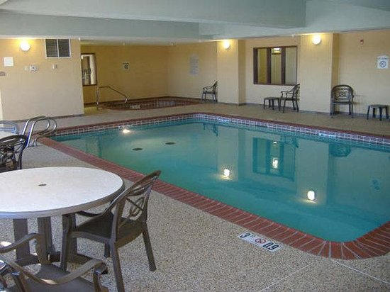 Holiday Inn Express Hotel & Suites Las Vegas : Swimming Pool & Spa in Las Vegas, New Mexico