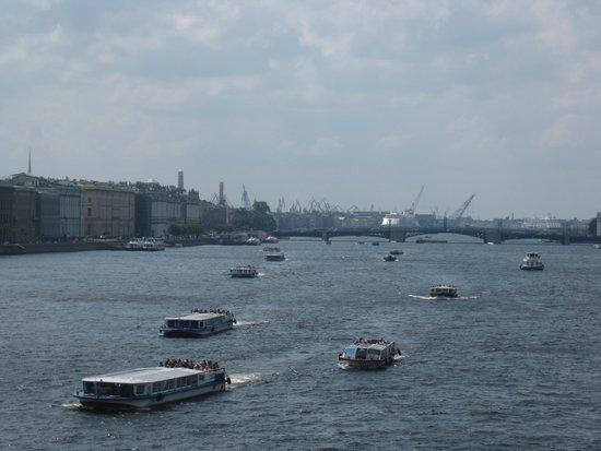Petersburg Free Tour: Traffic on Neva