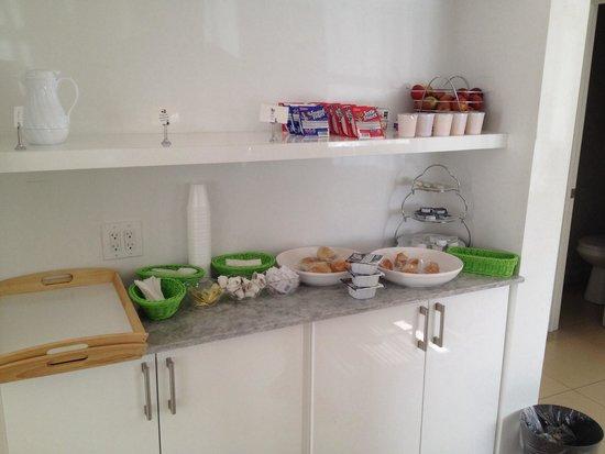Riviere South Beach Hotel: La colazione, due scaffali con pane, marmellata, succo d'arancia, yogurt, cereali, latte freddo