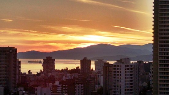 Blue Horizon Hotel: Sunset over English Bay