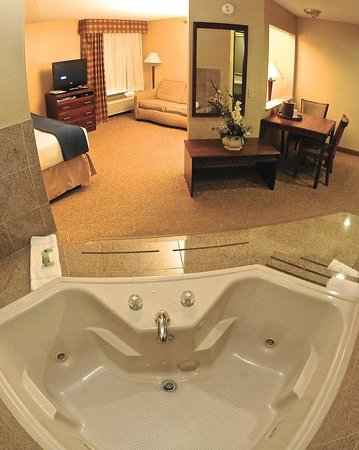 Holiday Inn Express Fenton : Executive Jet Tub