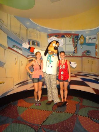 Goofy's Kitchen : Pre dinner picture with Goofy