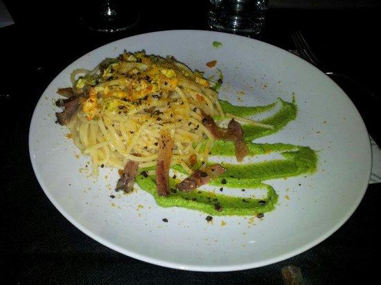 La Pecora Ladra: Spaghetti bottarga, crema zucchine, pancetta e fave di cacao