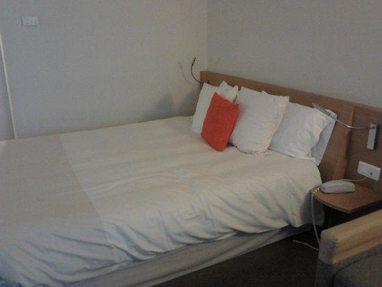 Novotel Nantes Centre Gare : il letto,con tanto spazio addossato al muro da un lato