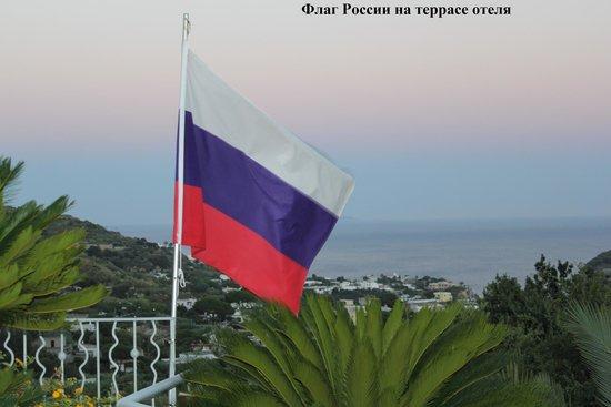 Hotel Belvedere : Вид с террасы, российский флаг