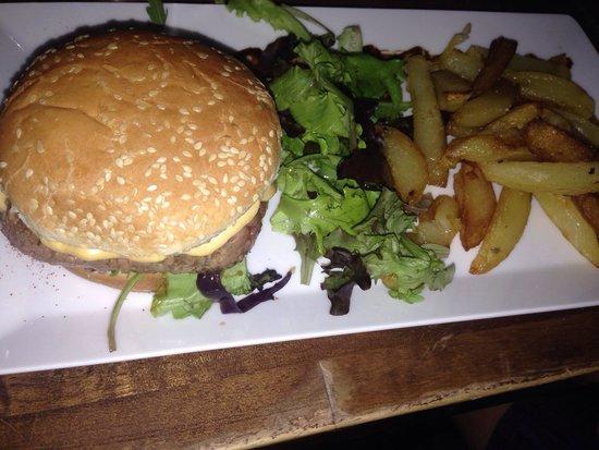 Chesse burger accompagn de vrais frite maison je vous for Assurer sa maison