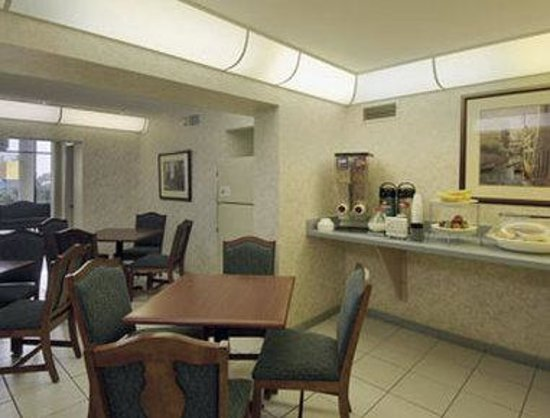 Howard Johnson Inn and Suites Clearwater FL: Breakfast Area