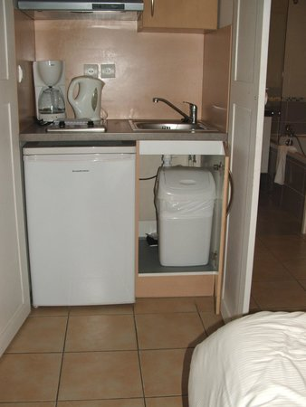 La Closerie Honfleur : Stale kitchen units next to the bed in Room 1 - very romantic!