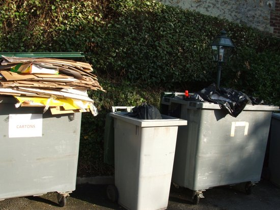 La Closerie Honfleur : Open bins a couple of yards from the patio doors of Room 1