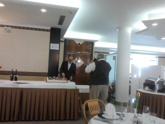 Hotel Imperial: taglio della torta pasquale con turista tedesco che fotografava ogni cosa arrivasse in sala