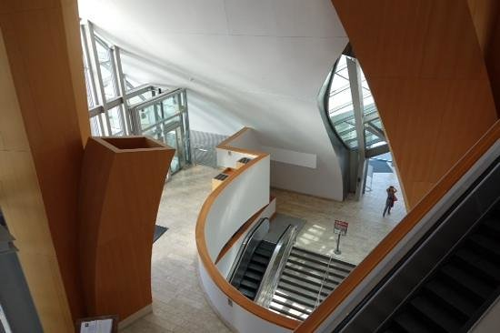 Walt Disney Concert Hall: Concert hall lobby