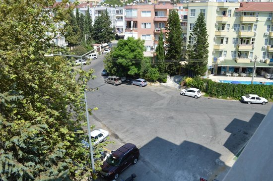Almera Park Apart Hotel: Uitzicht vanuit Almera Park. Rechts is Almera Apart te zien.