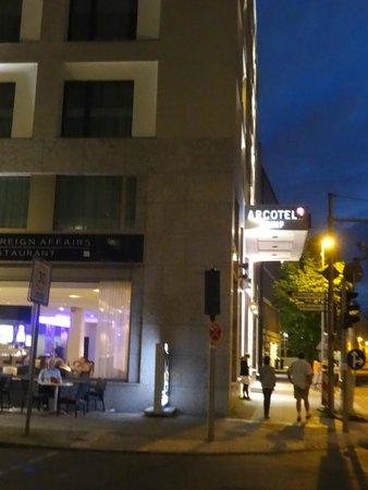 Arcotel John F: Llegando al hotel, tarde a la noche