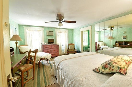 The Village Latch Inn: Main House Queen Room With Balcony