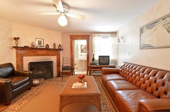 The Village Latch Inn: Main House Suite With Fireplace
