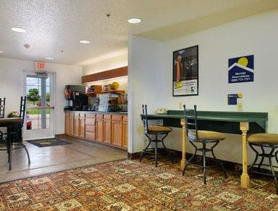 Microtel Inn & Suites by Wyndham Owatonna: Breakfast Area
