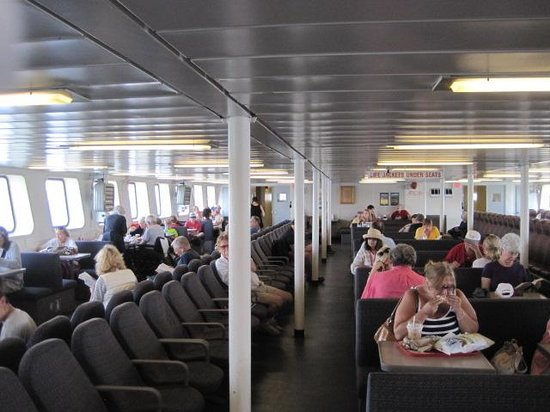 Cross Sound Ferry: Inside relaxing/eating area