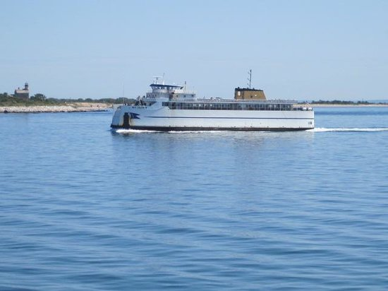 Cross Sound Ferry: Passing another ferry