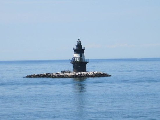 Cross Sound Ferry : Small light house