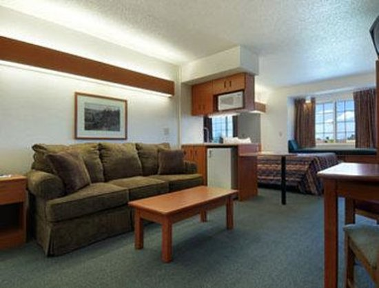 Microtel Inn & Suites by Wyndham Owatonna: Suite